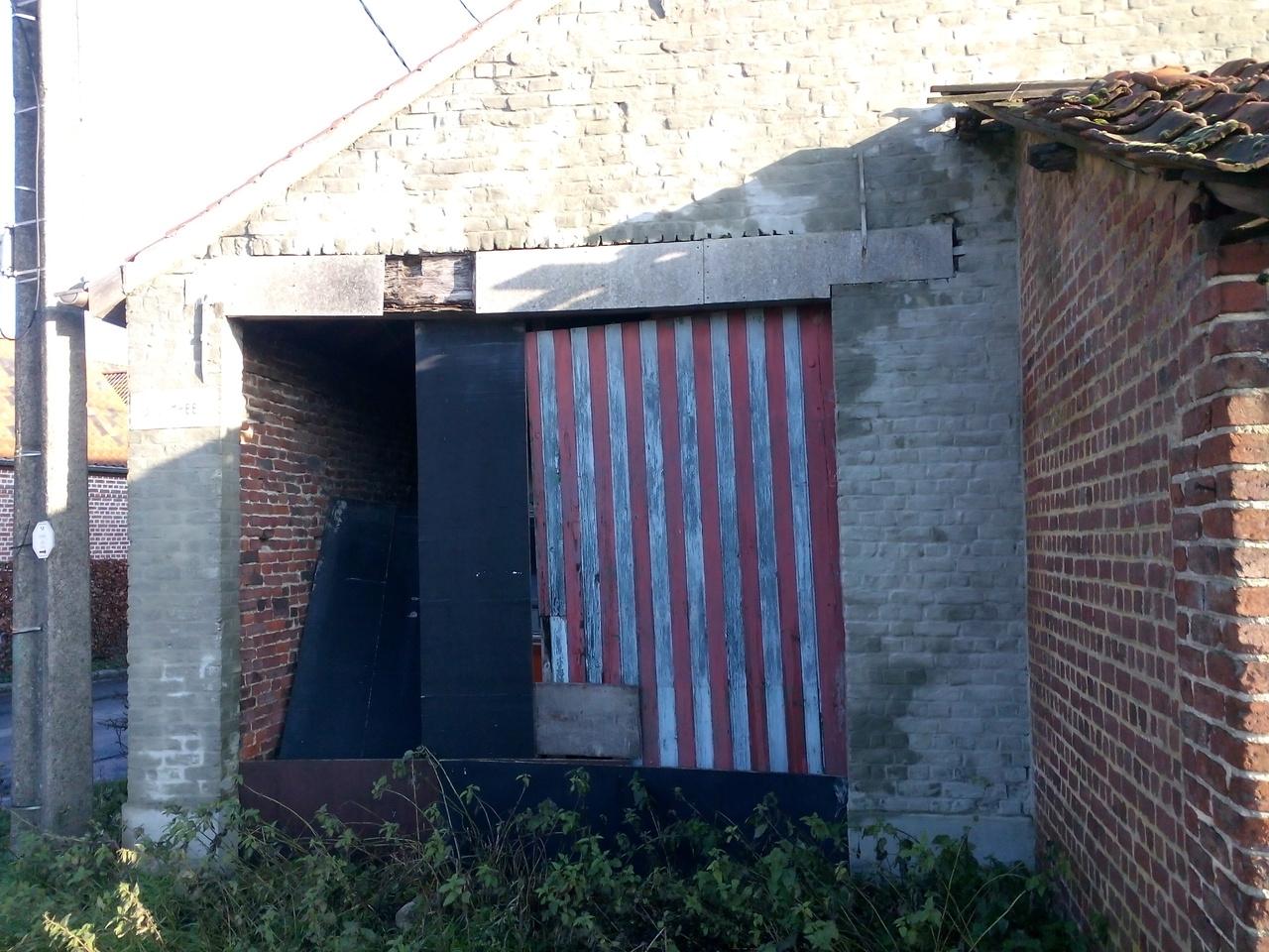 Powyżej: zrujnowane gospodarstwo w Gooik, gdzie jakoby mieszka Michałek w Belgii.